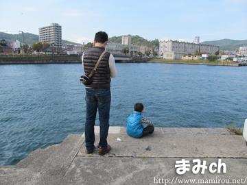 港を眺める親子