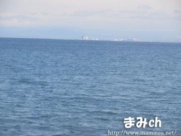 海の向こう側に町が見える